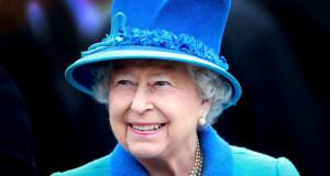 بالصور.. الملكة إليزابيث تمتطي الخيل (2)