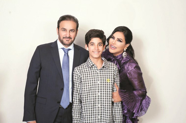 أحلام مع زوجها مبارك الهاجري وابنهما فاهد في كواليس المسرح