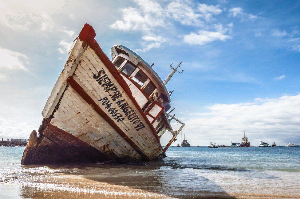 """فازت صورة سفينة """"سيمبر انغيليتو السادس"""" الجانحة على شاطئ جزيرة سان كريستوبال بالمركز الثالث. كان المصور، أندريس بينانو، مفتونا بالأثر الذي تركه الوقت على جمال تلك السفينة. فازت هذه الصورة أيضا بالمركز الأول في فئة """"رجل في الأرخبيل""""."""