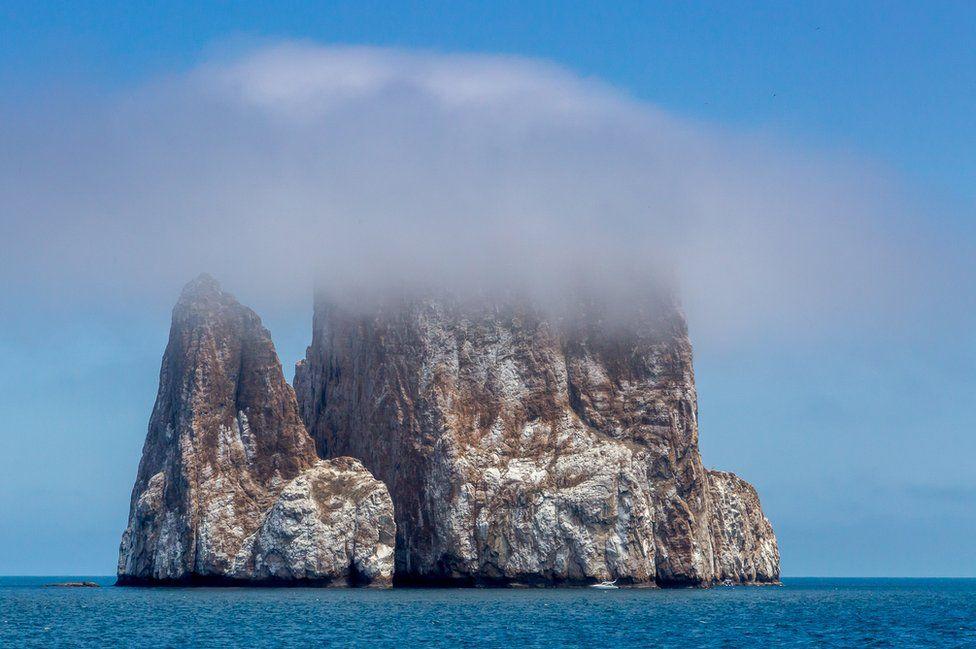 التقط هذه الصورة غير العادية إريك وليامز من ليون دورميدو، أو كيكر روك، من شاطئ سيرو بروغو في جزيرة سان كريستوبال، وفازت بالمركز الأول في فئة المناظر الطبيعية.