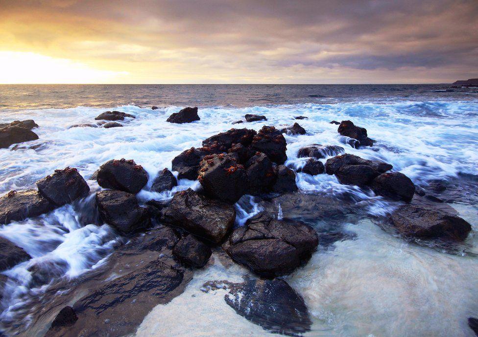 فازت هذه الصورة، التي التقطتها شارلوت بريت في صباح هادئ بجزيرة موسكيرا لسرطان البحر على الحمم الصخرية، بالمركز الثاني في فئة المناظر الطبيعية.