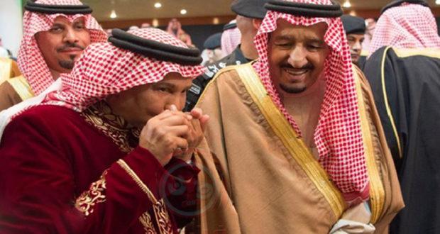 محمد عبده يقبل يد الملك سلمان